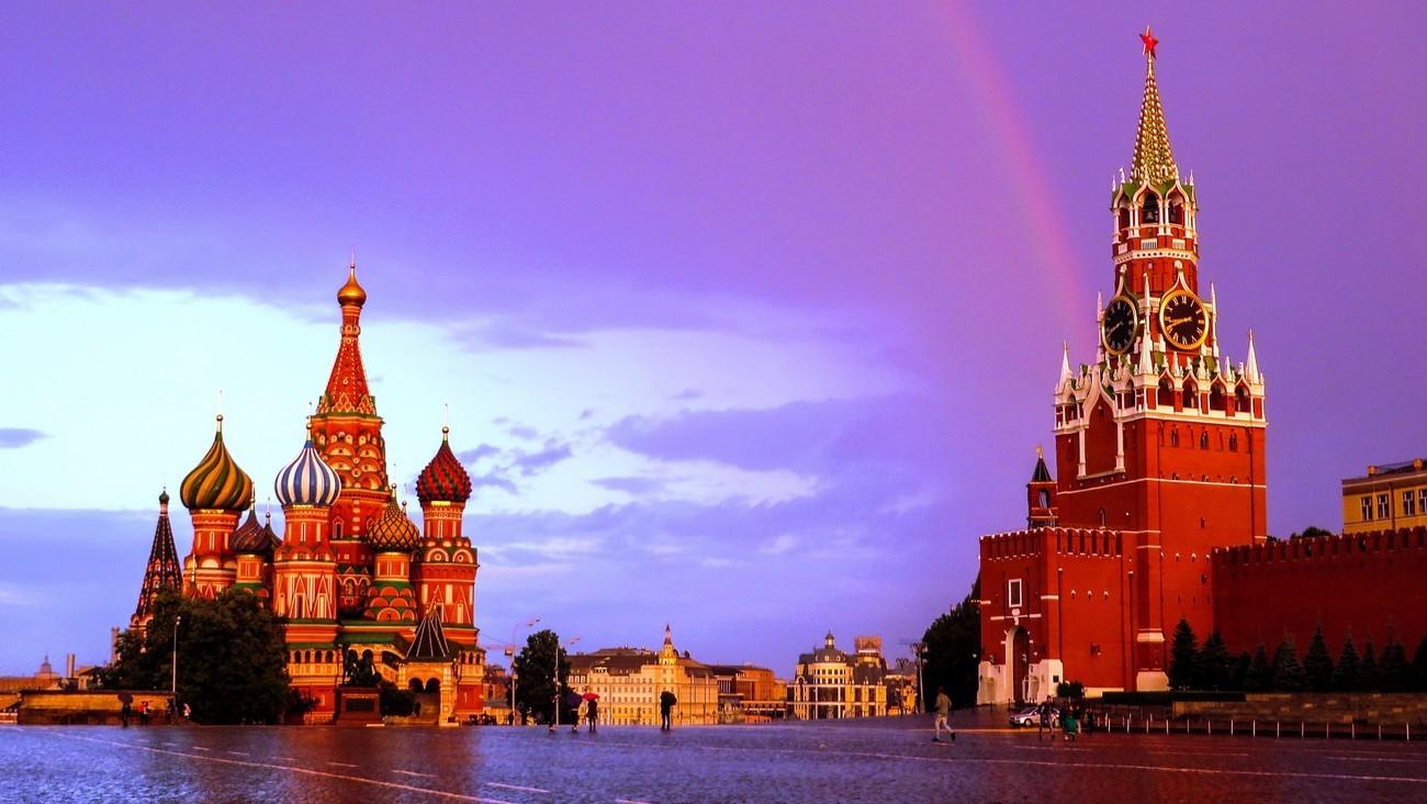 La Place Rouge à Moscou, surplombée d'un arc-en-ciel