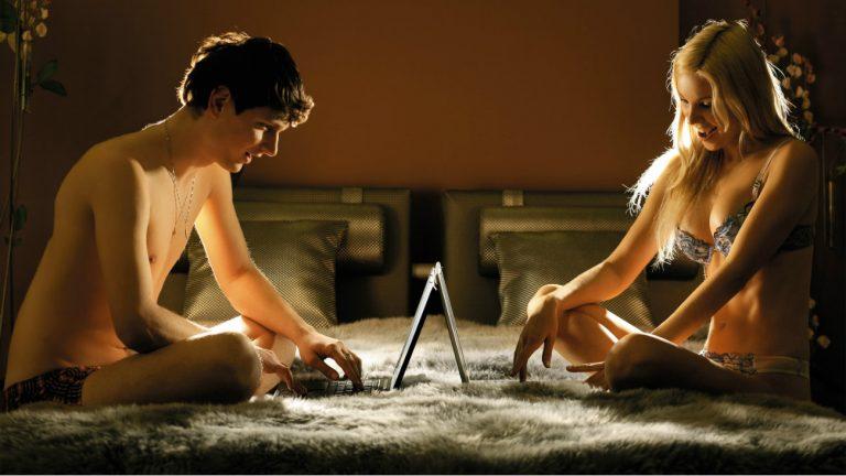 Un couple joue