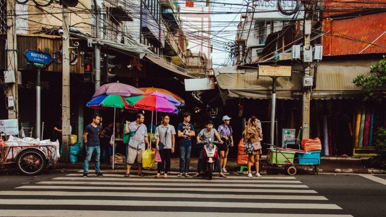 Des passants attendant l'égalité à un passage piéton de Bangkok