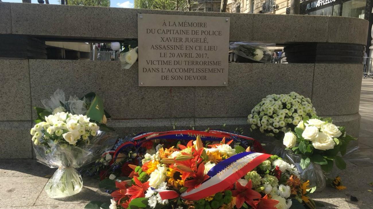 La plaque commémorative en hommage à Xavier Jugelé, dévoilée le 20 avril 2018 et installée au 102, Avenue des Champs-Élysées