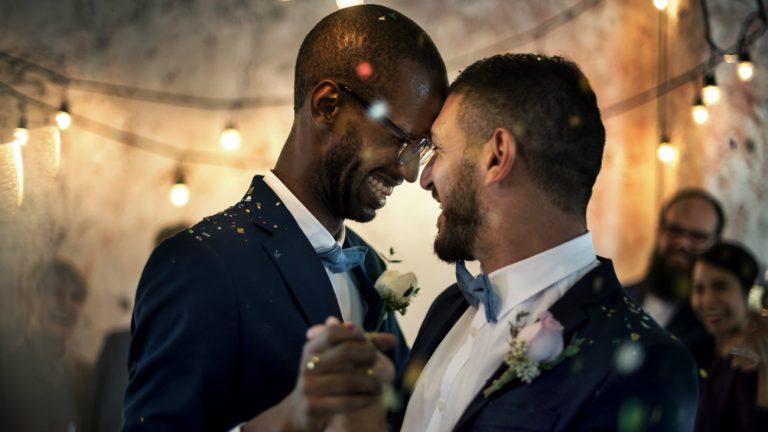 5 ans du mariage pour tous : première danse couple d'hommes fraîchement marié