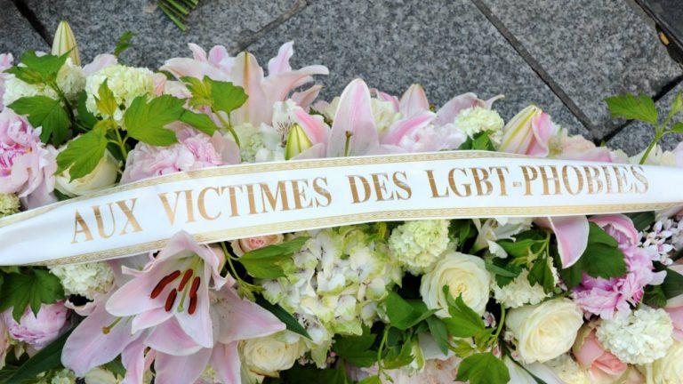 Des gerbes, posées prêt de la plaque, rue Montorgueil / DR