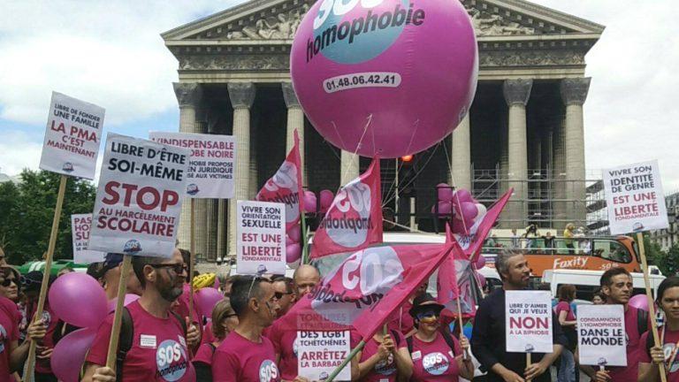 Des militant.e.s de SOS homophobie place de la Madeleine à Paris, en 2017 - SOS homophobie / Facebook