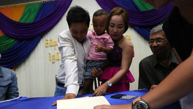 Un couple de femmes signe la déclaration de lien familial - Rainbow Community Kampuchea-rock / Facebook