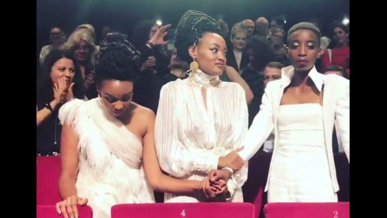 La réalisatrice Wanuri Kahiu et les actrices Samantha Mugatsia et Sheila Munyivade lors de la projection de « Rafiki » - Capture / Twitter