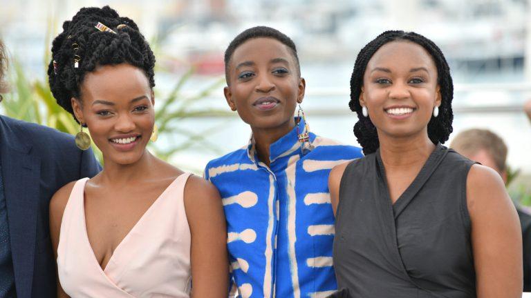 De gauche à droite : les actrices Samantha Mugatsia et Sheila Munyiva et la réalisatrice Wanuri Kahiu, lors de la présentation de Rafiki à Cannes en mai 2018 - Featureflash Photo Agency / Shutterstock.com