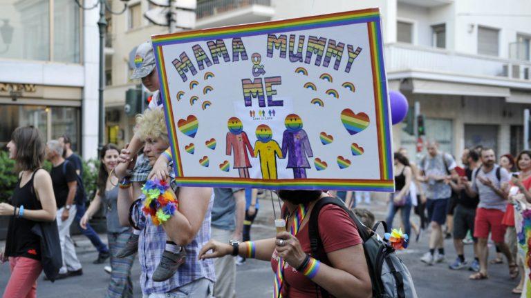 Adoption bientôt possible pour les couples de même sex en Grèce : photo de la Pride d'Athènes en 2014