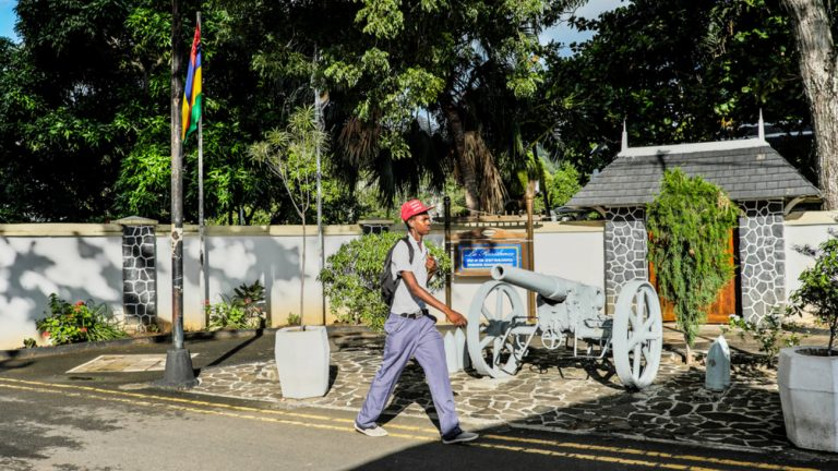 Mauritius, A teenager is walking past the Rodrigues regional assembly - De Cao Luning / Shutterstock