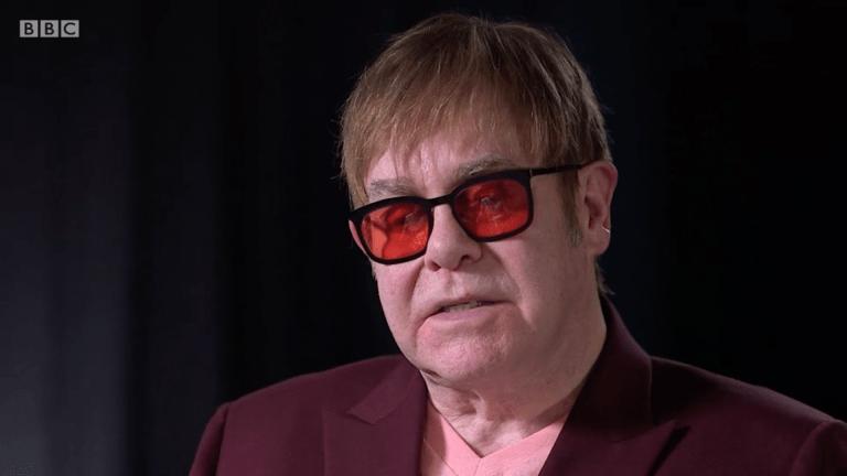 Elton John lors de son interview avec la BBC