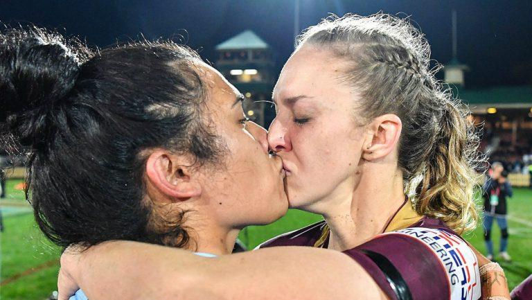 Le baiser des deux joueuses - Women's Rugby League