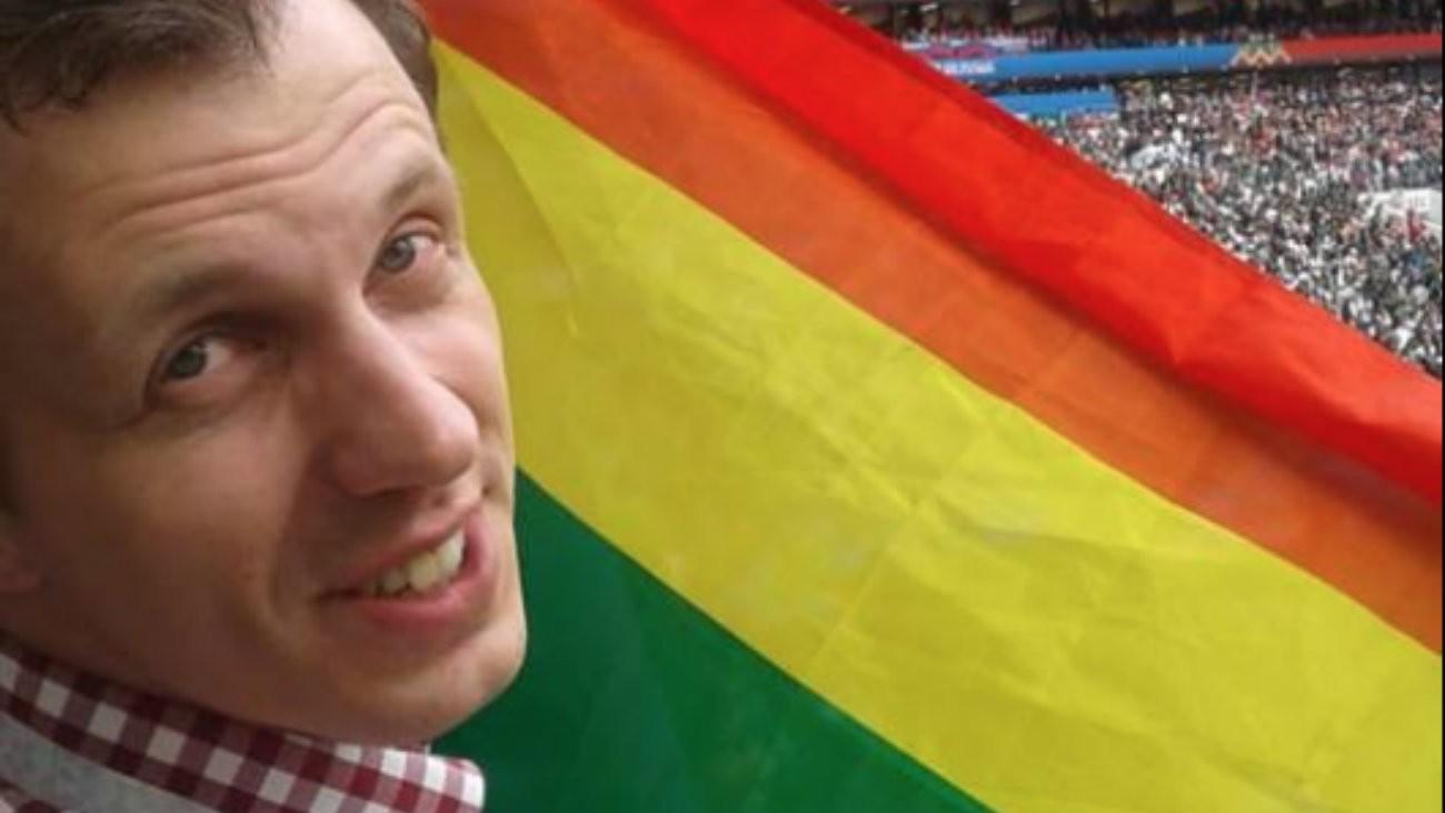 Coupe du monde de football 2018 : le président de laFédération de sport LGBT de Russie, Alexandr Agapov, déploie un drapeau arc-en-ciel durant le discours de Vladimir Poutine