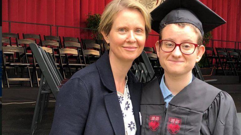Cynthia Nixon et son fils Seph lors de sa remise de diplôme - Cynthia Nixon / Instagram