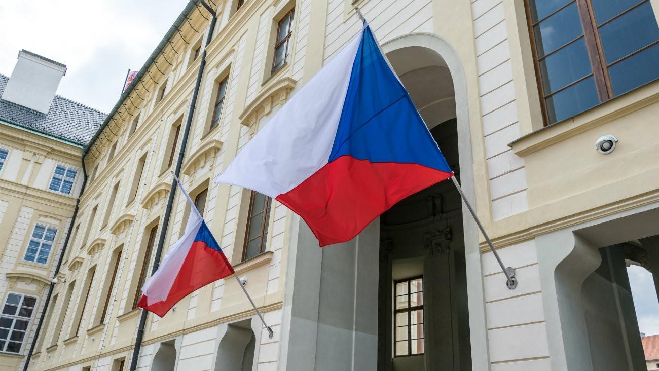 Façade du bâtiment gouvernemental à Prague - Konoplytska / Shutterstock