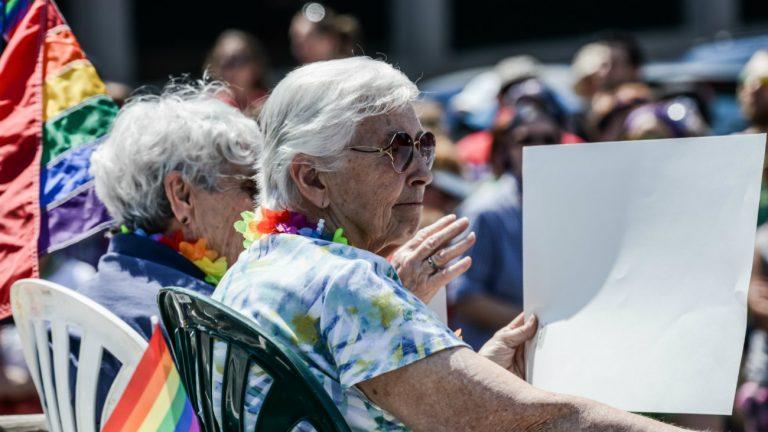 Le Conseil de Paris fait un pas vers les personnes LGBT+ âgées