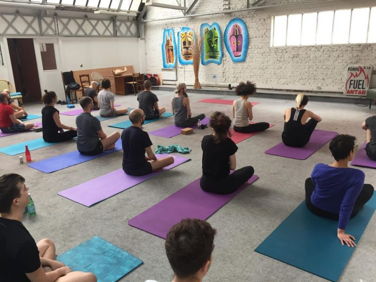 Cours de yoga avec le studio queer We Are Yogis