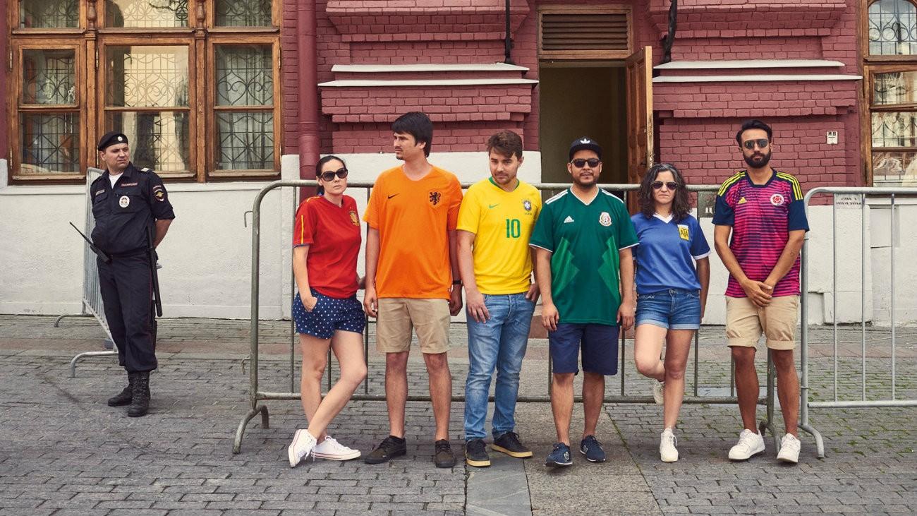 activistes portant des maillots de football aux couleurs de l'arc en cien en russie
