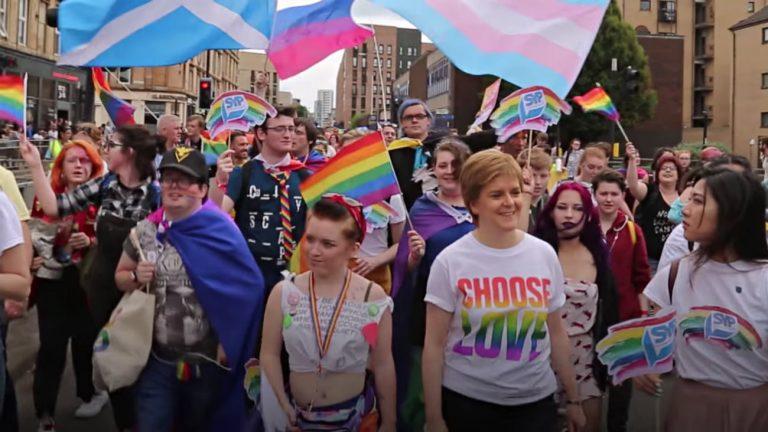 Nicola Sturgeon, Première ministre écossaise, snobe Trump pour la Pride de Glasgow
