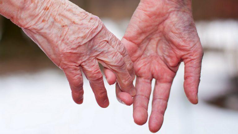 Privées de maison de retraite pour cause de lesbophobie, ces vieilles amoureuses ripostent