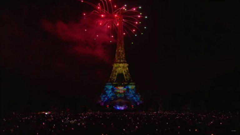 La Tour Eiffel aux couleurs du rainbow flag à l'occasion du feu d'artifice du 14 juillet