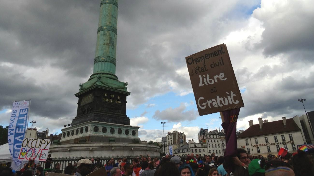 Paris, place de la Bastille, juillet 2016, lors de la Marche des fiertés