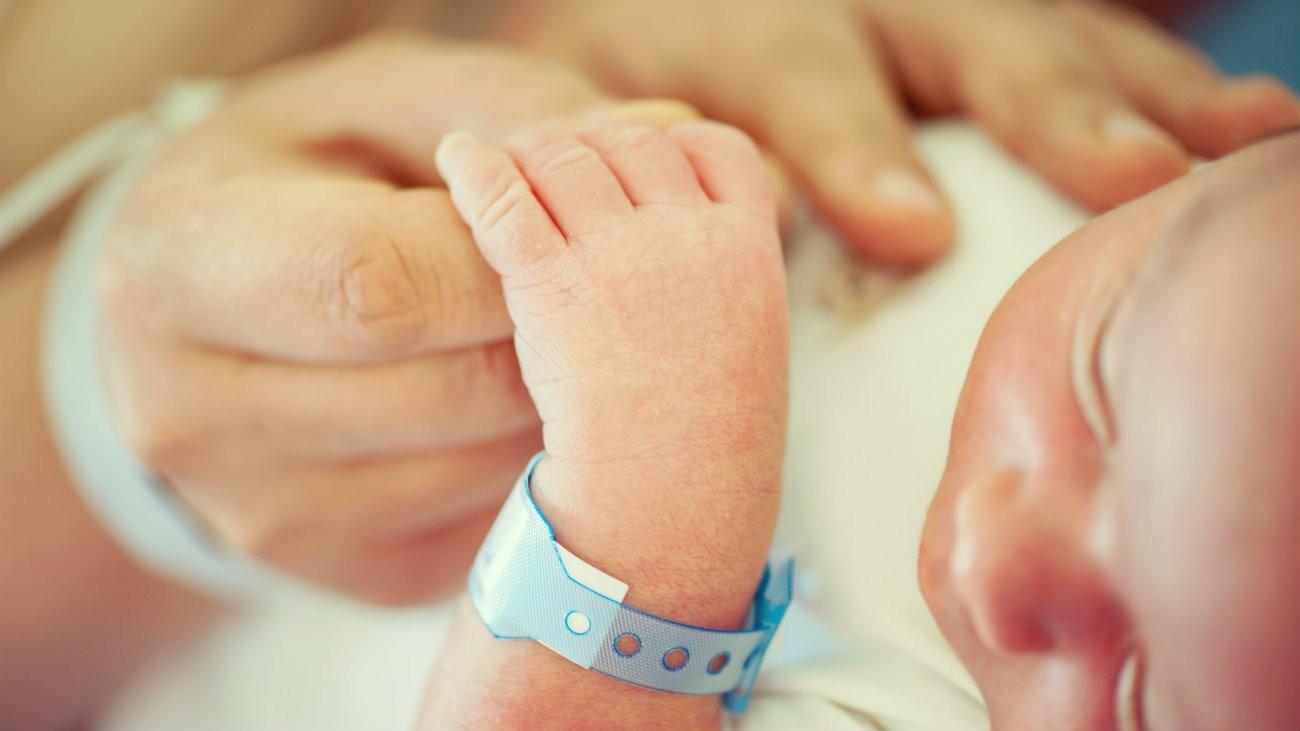 Un nourrisson portant son bracelet de naissance (illustration) - ESB Professional / Shutterstock