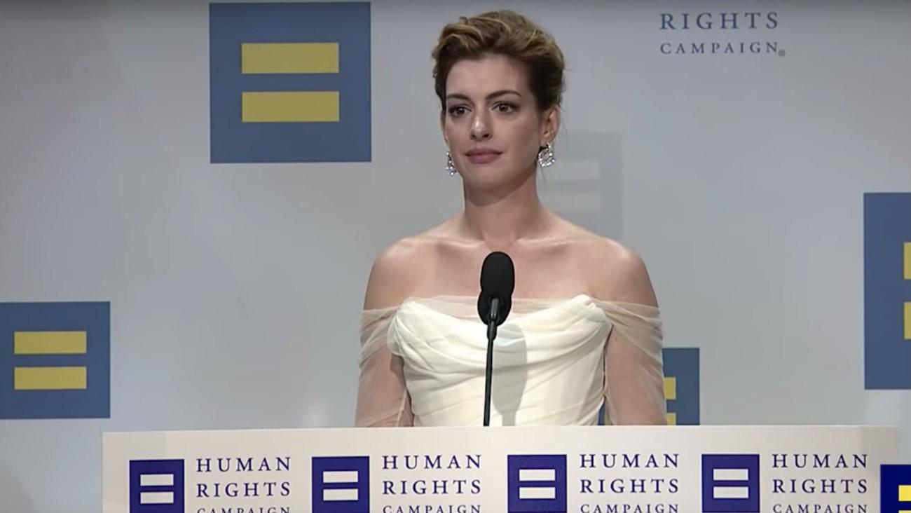 L'actrice américaine Anne Hathaway se positionne comme alliée des luttes LGBT+ depuis des années, la Human Rights Campaign vient de lui décerner un prix et son discours était à la hauteur