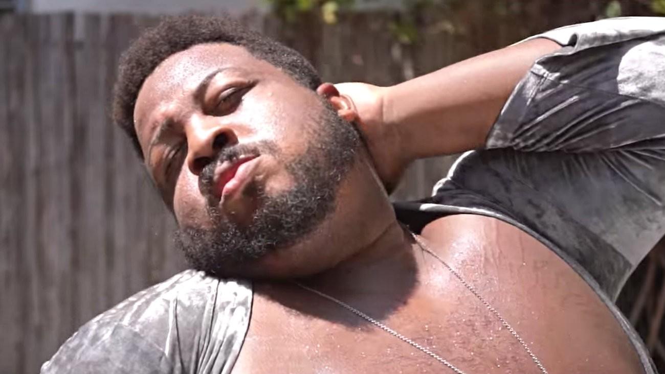 Rihanna fait appel à Dexter Mayfield, danseur et mannequin noir, gay et gros pour représenter sa nouvelle poudre pailletée chez Fenty Beauty