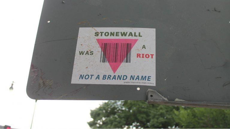 Les trois quarts des personnes LGBT+ attendraient plus d'implication de la part des entreprises qui s'affichent alliées LGBT+ : le pinkwashing ne passe plus