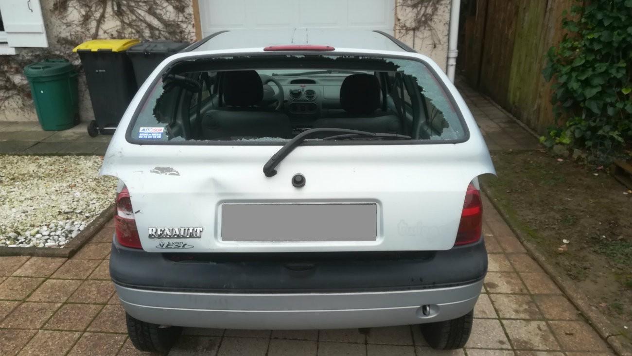 La voiture de Raphael Duret, agressé samedi 17 novembre par des manifestants du mouvement « gilets jaunes » - Facebook.com/durey.raphael