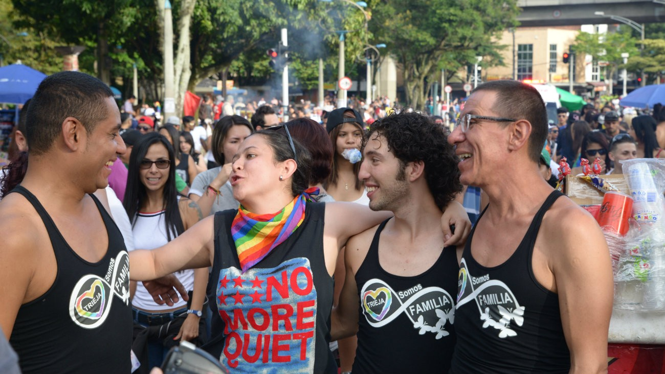 Alejandro Rodríguez, Manuel José et Víctor Hugo, le premier troupe officiellement reconnu en Colombie, participent avec une amie à la Marche des fiertés, en juillet dernier