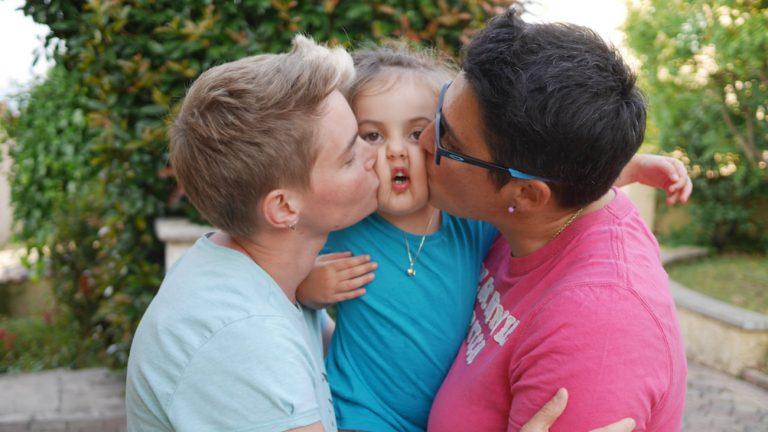 Mélanie et Aude embrassent leur fille Maelle, née d'une PMA en Espagne