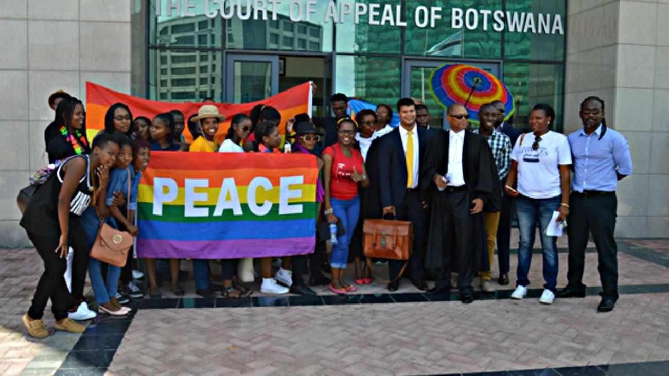Des membres de l'association LGBT botswanaise Legabibo devant la Haute Cour de Justice, en 2016