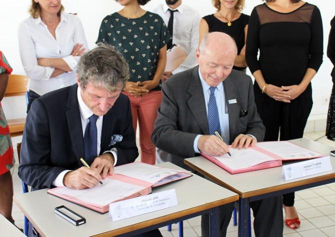 Pascal Jan, recteur de l'académie de Martinique et Jacques Toubon, Défenseur des droits, signe le plan d'actions, le 27 novembre dernier -