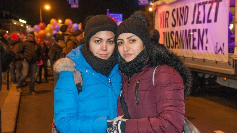 Aleida et Sara, amoureuses et fières en tête d'une manifestation en soutien aux migrant.e.s