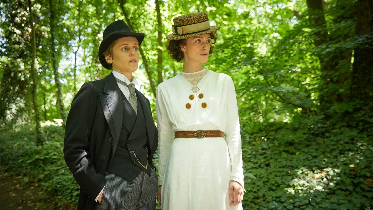 Denise Gough et Keira Knightley dans « Colette », de