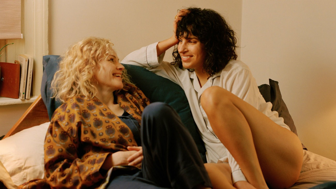 Maxine Peake et Desiree Akhavan dans « The Bisexual »