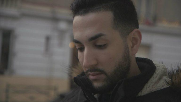 Lyes Alouane dans le reportage « Homo en banlieue, le combat de Lyes » - Bangumi