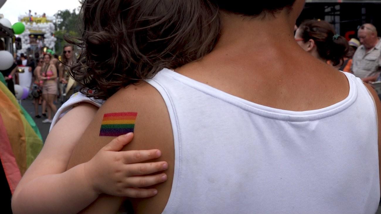 «Mon enfant ma bataille, 35 ans de luttes des familles homoparentales », documentaire d'Émilie Jouvet produit par l'Association des parents gays et lesbiens - Capture d'écran
