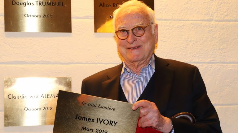 """James Ivory lors de l'inauguration de sa plaque sur le """"Mur des cinéastes"""" à l'Institut Lumière de Lyon - © Marie-Claire Vericel / Ecrans Mixtes"""