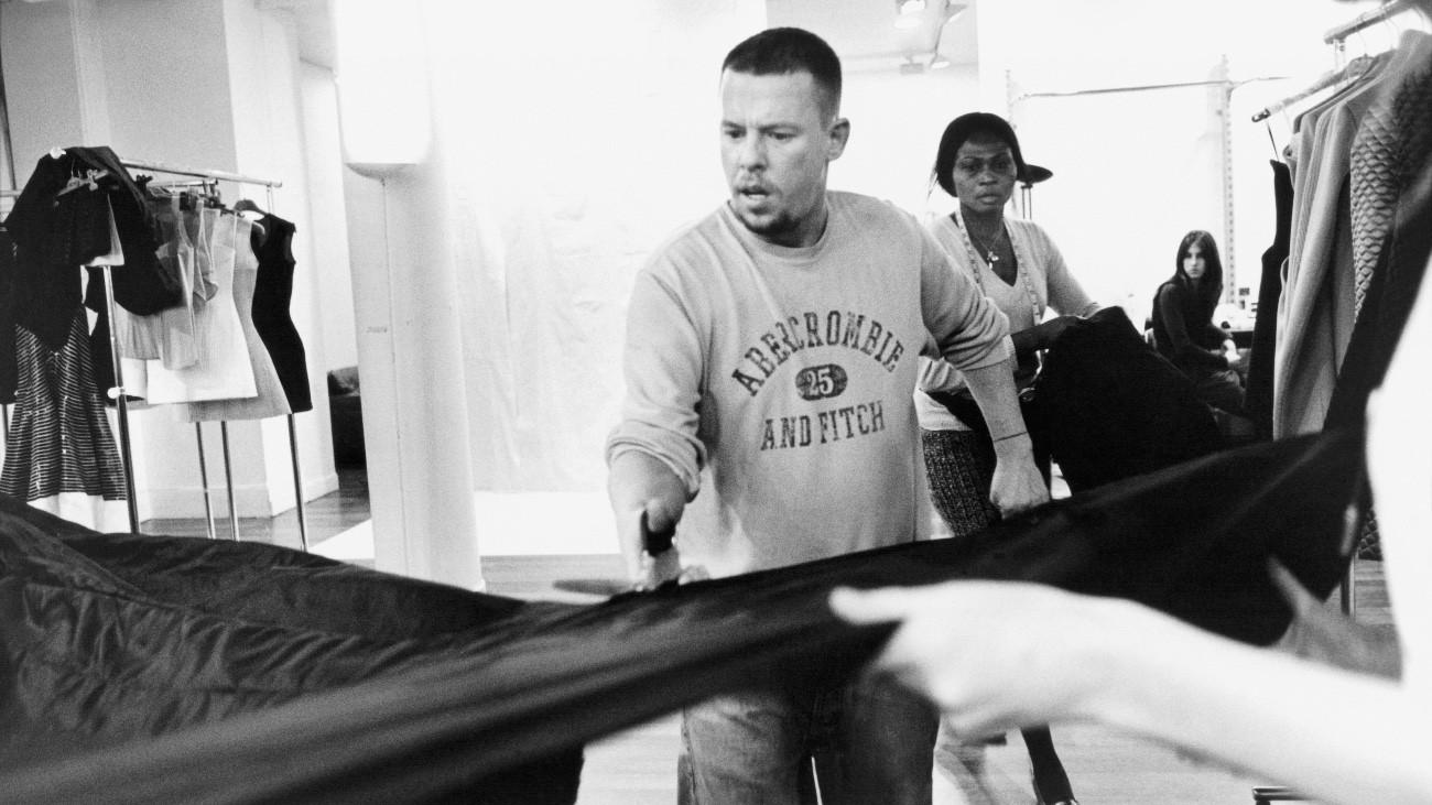 Alexander McQueen dans le documentaire « McQueen », de Ian Bonhôte et Peter Ettedgui - Ann Ray / Le Pacte