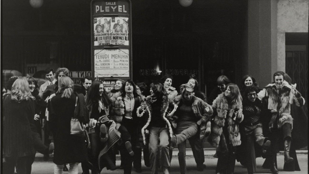 Le groupe célèbre l'action devant la salle Pleyel. © Catherine Deudon / Bibliothèque Marguerite Durand / Roger-Viollet