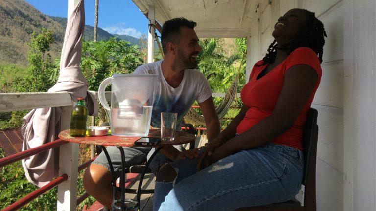 Frédéric, 39 ans, et Myréla, 20 ans, échangent sur le vécu de l'homosexualité en Guadeloupe - Philippe Peyre / Komitid