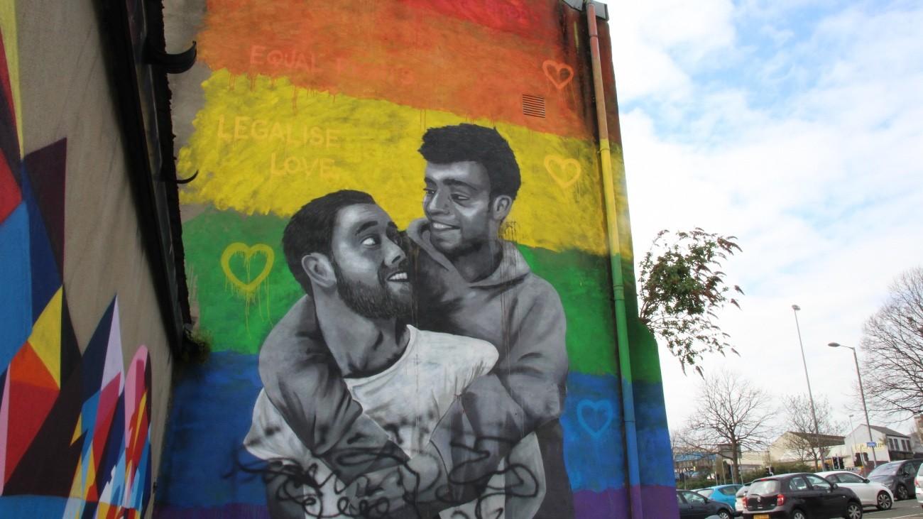 Cette fresque a été réalisée en septembre 2018 par l'artiste irlandaise Emmalene Blake pour dénoncer l'interdiction du mariage pour tous en Irlande du Nord - Manon Deniau pour Komitid