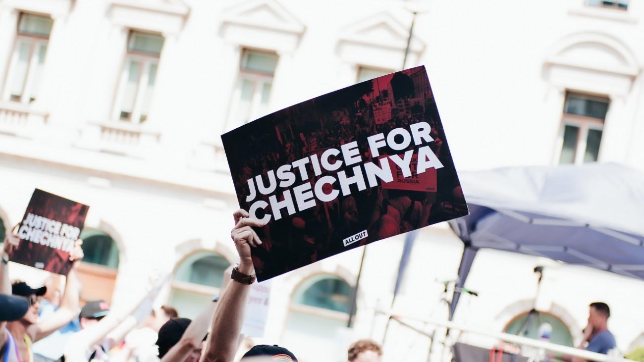 Une pancarte pour la Tchétchénie lors de la Pride de Londres 2017 - Sandor Szmutko / Shutterstock