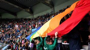 Les Dégommeuses déploient le drapeau arc-en-ciel au Parc des princes - Teresa Suárez pour Komitid