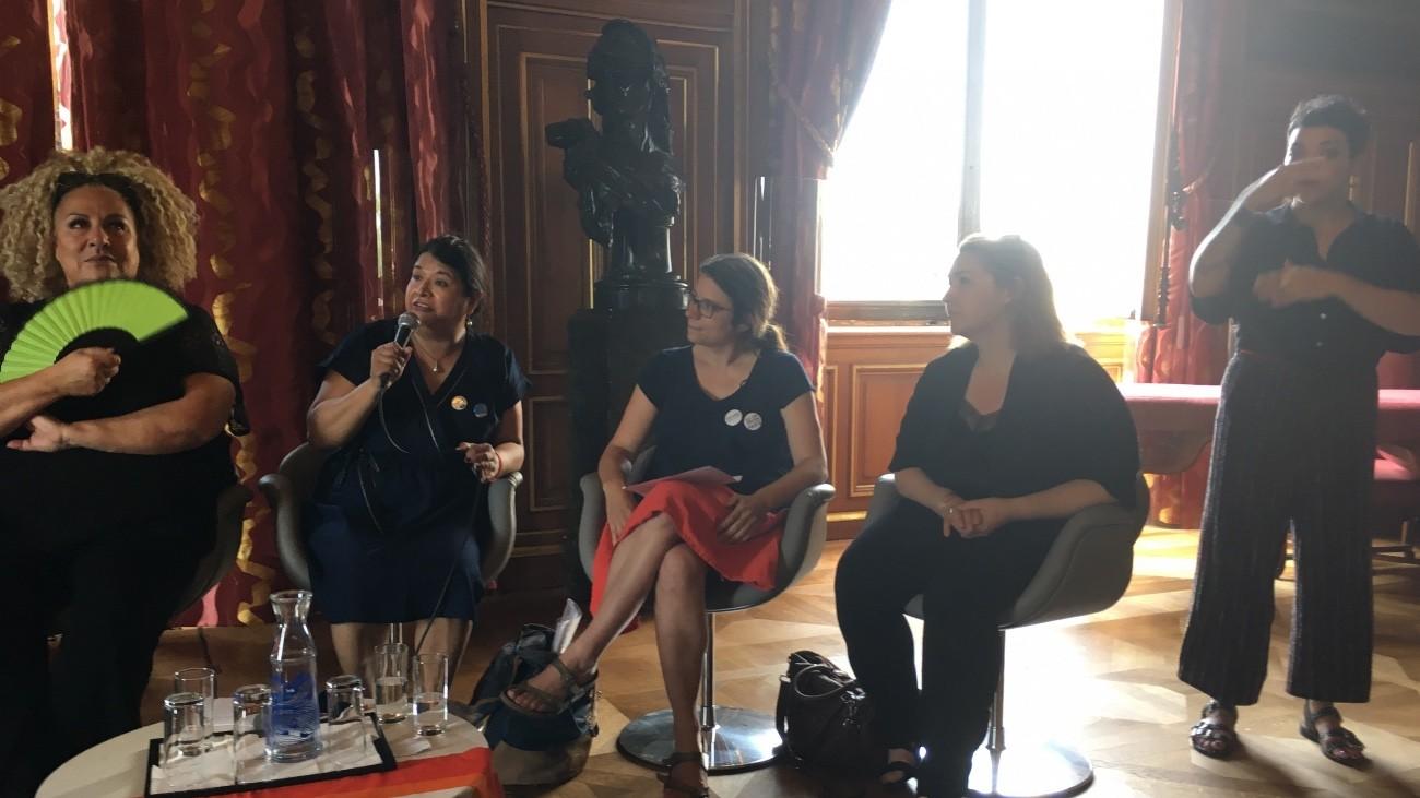 de gauche à droite : Marianne James, Clémence Zamora-Cruz, Laurène Chesnel, Hélène Bidard et une traductrice en LSF - Christophe Martet