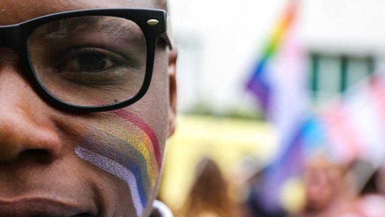 Un participant à la marche des fiertés du St Denis du 09/06/19 - Teresa Suarez / Komitid