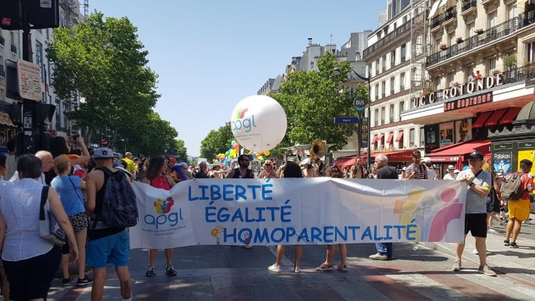 La banderole de l'APGL à la marche des fiertés 2019 de Paris