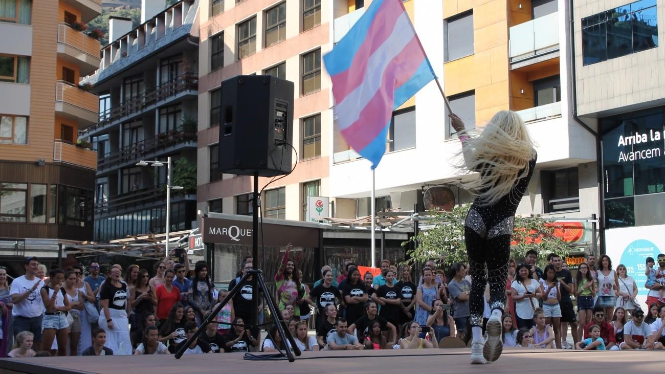 Le drapeau de la fierté trans flotte sur la place principale d'Andorre, le 30 juin 2019 - Luisa Nannipieri pour Komitid
