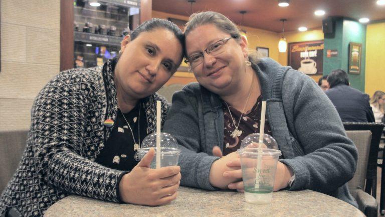 Gabriela Correa et Pamela Troya dans un café de Quito, la capitale équatorienne - Angélique Mangon pour Komitid